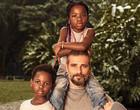 Títi, Bless e Zyan: Gagliasso posa pela primeira vez com os 3 filhos