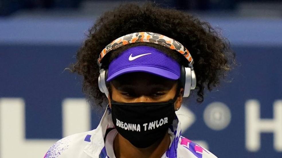 Naomi estampa o nome de Breonna Taylor em sua máscara