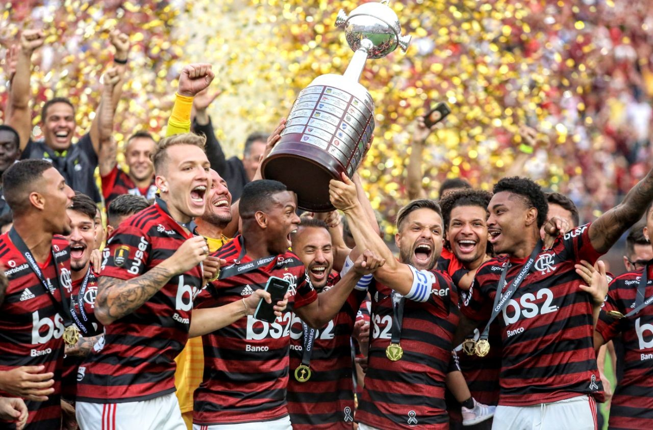 Jogadores do Flamengo seguram troféu de campeão da Libertadores em 2019- Foto: Divulgação