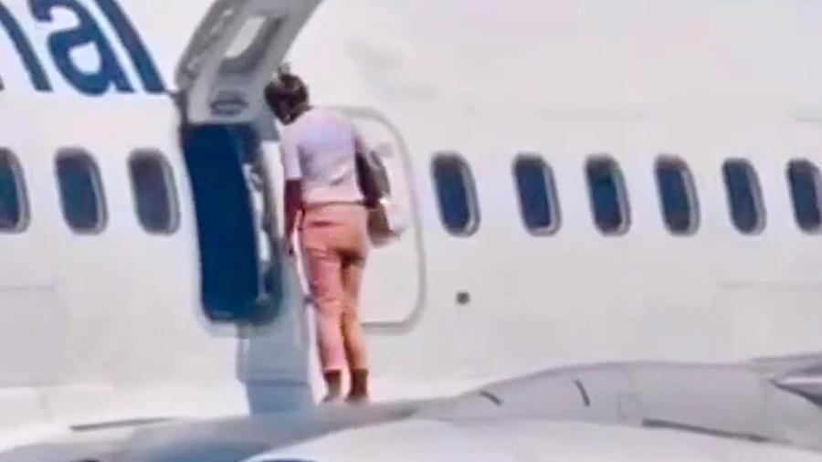 Passageira com calor abre porta de emergência e anda na asa de avião - Imagem 1