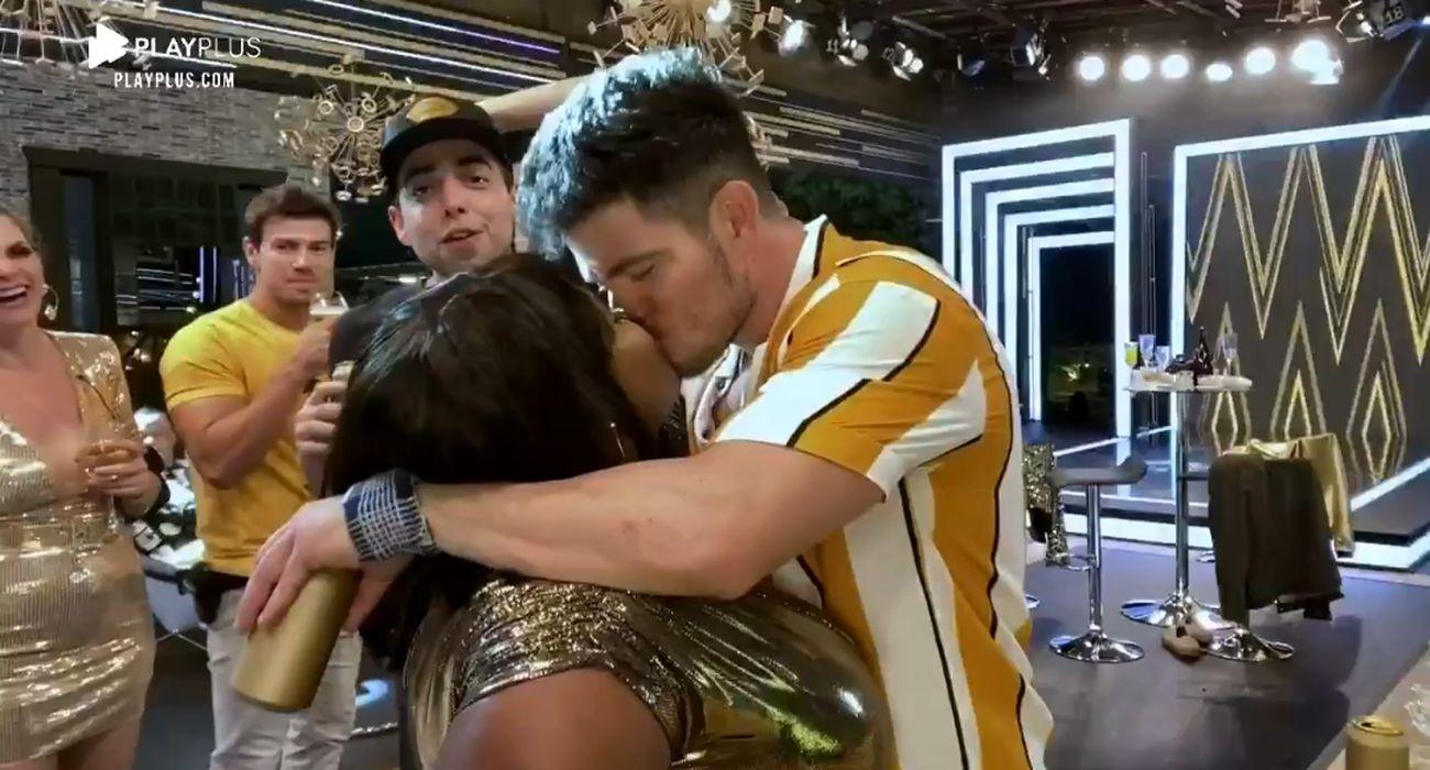 Jojo e JP se beijam em festa