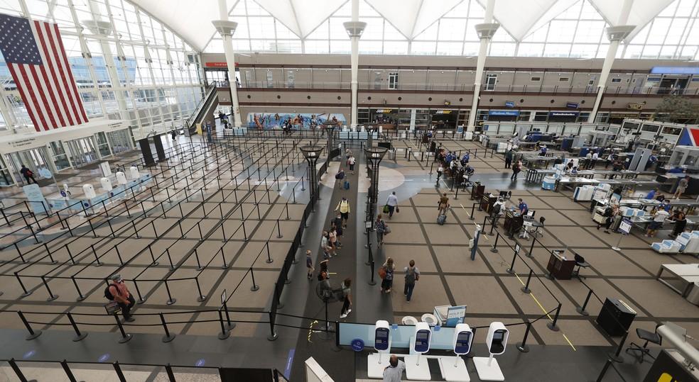 Viajantes são vistos no principal aeroporto de Denver - Foto: AP