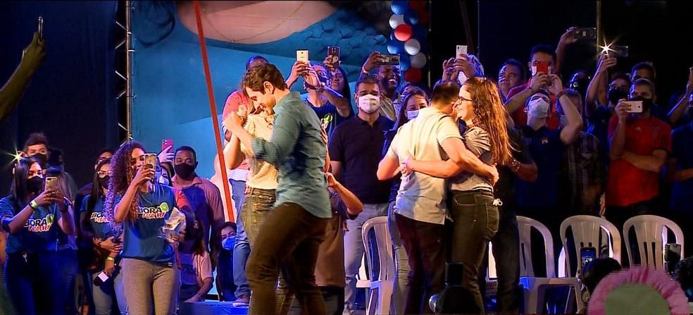 No palco e sem máscaras, candidatos do Republicanos dançam na convenção partidária