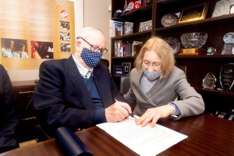 Chuck e Helga Feeney assinam os papéis de encerramento da Atlantic Philanthropies