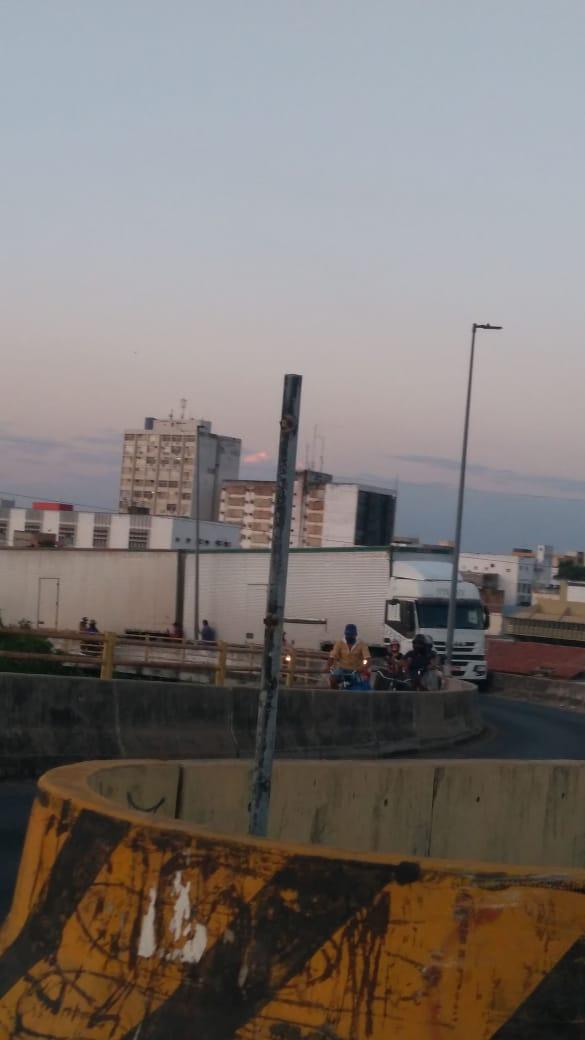 """THE: Carreta fica """"presa"""" na Ponte da Amizade e causa congestionamento - Imagem 2"""