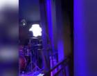 Cobra invade palco e interrompe show de rock em noite na Tailândia