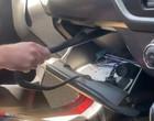 Susto! Mulher encontra cobra venenosa em porta-luvas de carro; vídeo