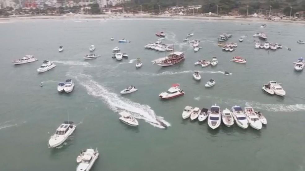 Dezenas de barcos foram flagrados em festa no mar em Guarujá (Foto: Reprodução)