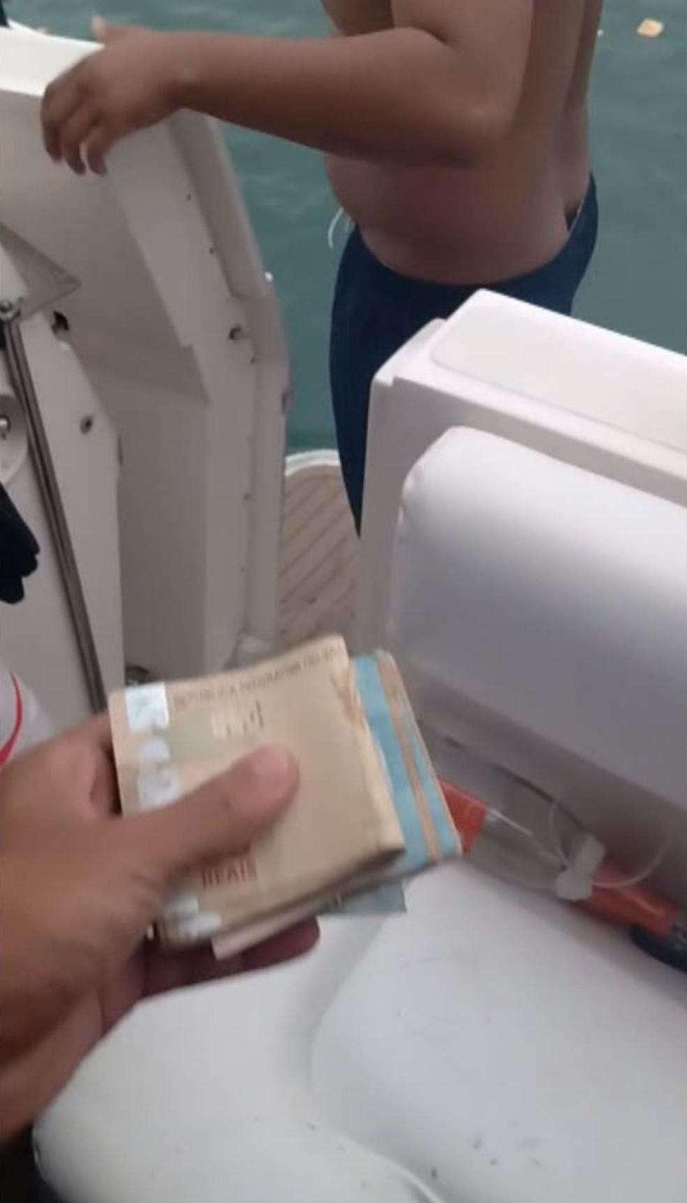 Notas são exibidas em vídeo durante festa com embarcações de luxo (Foto: Reprodução)