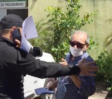 Jornalista Arimateia Azevedo sendo preso durante operação do Greco