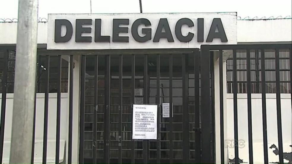 Suspeito foi levado para a delegacia de Castro — Foto: Reprodução/RPC