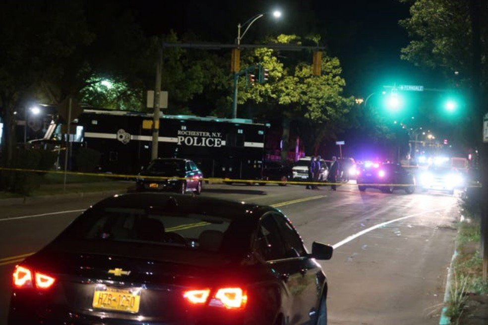 Polícia cercou o local do tiroteio (Foto: reprodução)