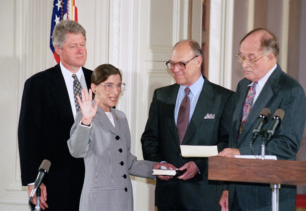 Juíza faz o juramento durante sua posse após indicação de Bill Clinton - Crédito: Marcy Nighswander/AP