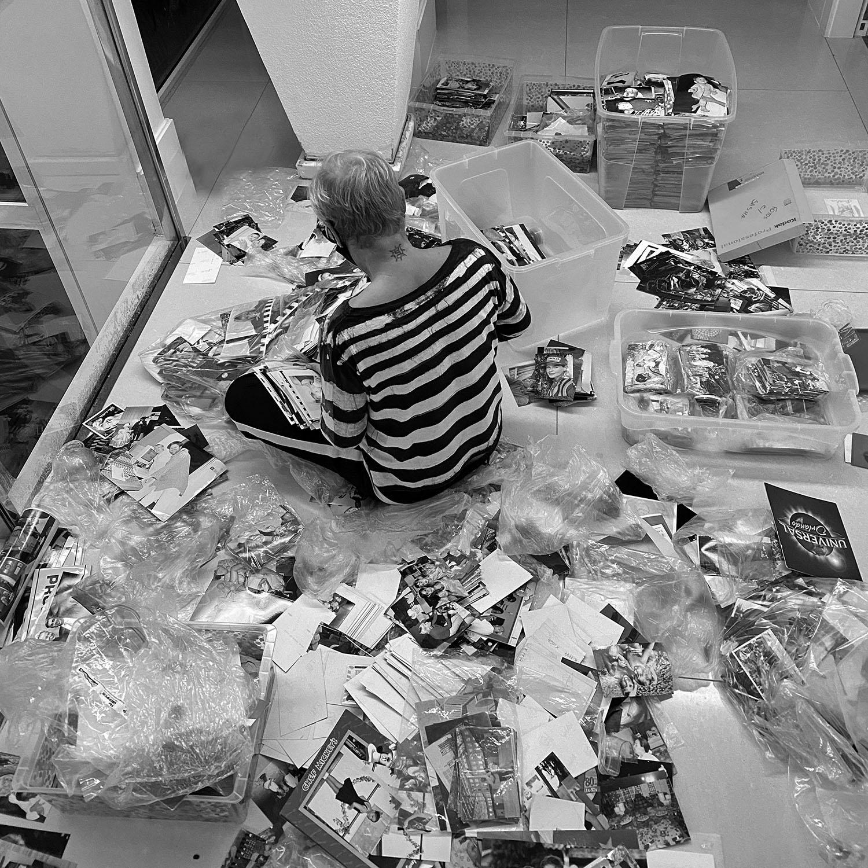 """Xuxa revira baú para escolher fotos para o livro """"Memórias"""" - Imagem 1"""