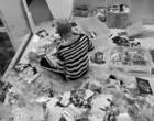 """Xuxa revira baú para escolher fotos para o livro """"Memórias"""""""
