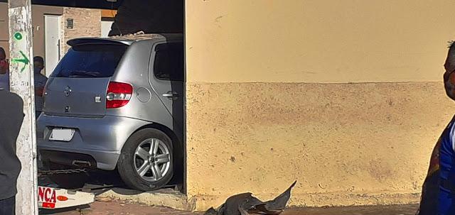 Motorista perde o controle de carro e invade loja em Parnaíba - Imagem 2