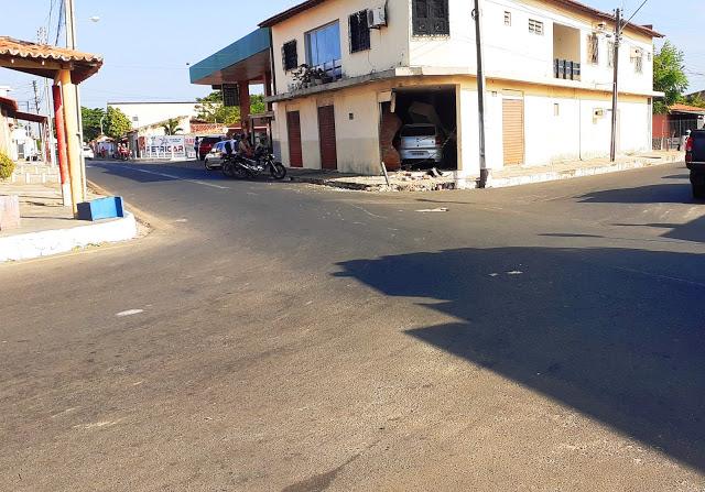 Motorista perde o controle de carro e invade loja em Parnaíba - Imagem 1