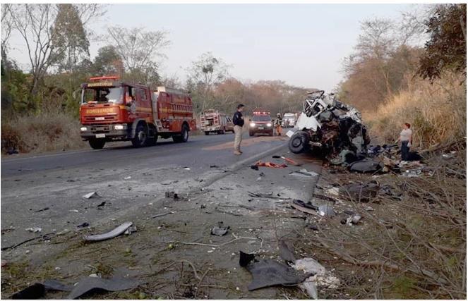 Batida entre caminhão e van deixa 12 mortos e 1 ferido na BR-365 - Imagem 1