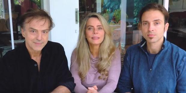 Bruna Lomabrdi ao lado do marido e o filho