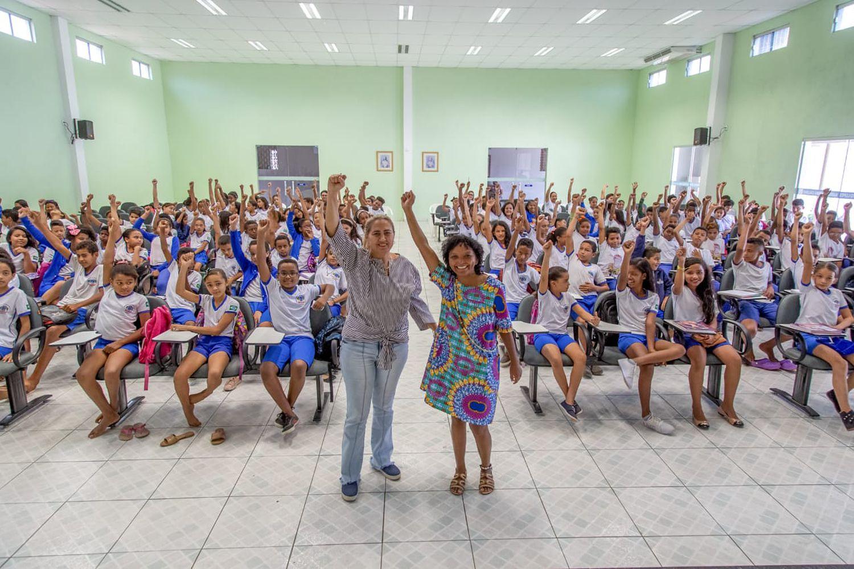 Ruthnéia e Osana com alunos em Oeiras, em 2019 - Foto: Reginaldo Rodrigues de Oliveira