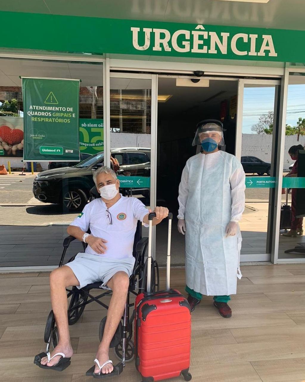 Robert Rios recebe alta após ser curado da Covid-19 em Teresina
