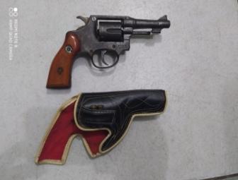 PM apreende arma com homem que ameaçava criança em Oeiras