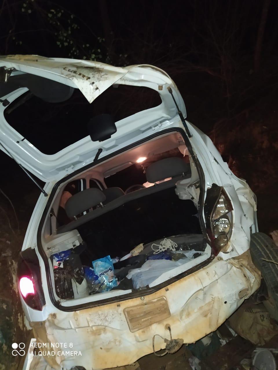 Criminosos capotam veículo roubado após serem perseguidos pela polícia - Imagem 2