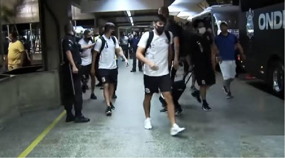 Cássio protegido por seguranças no aeroporto