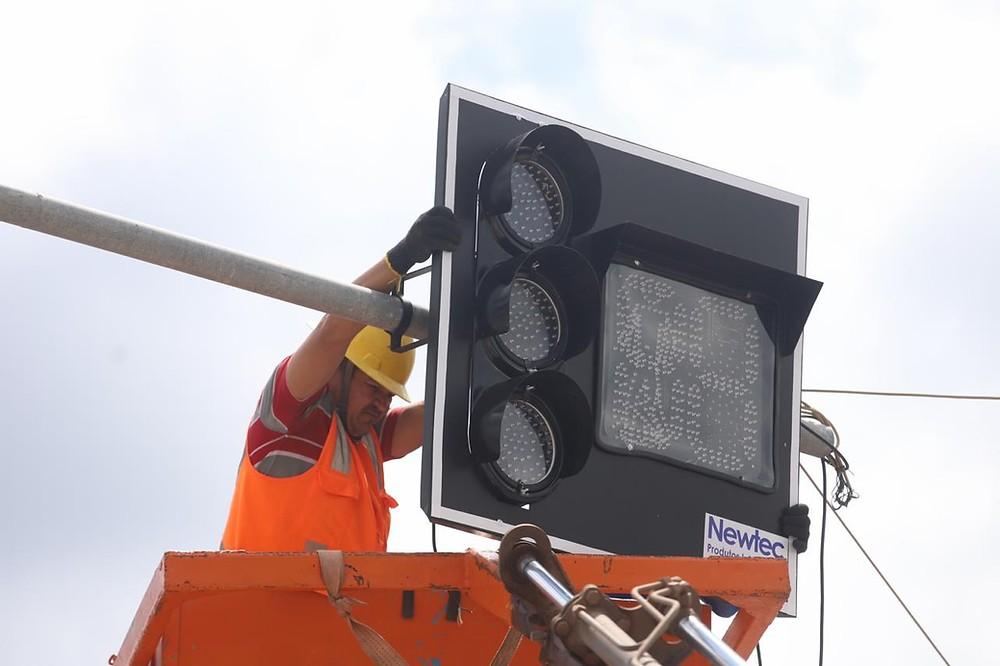 Cruzamentos recebem semaforos modernos