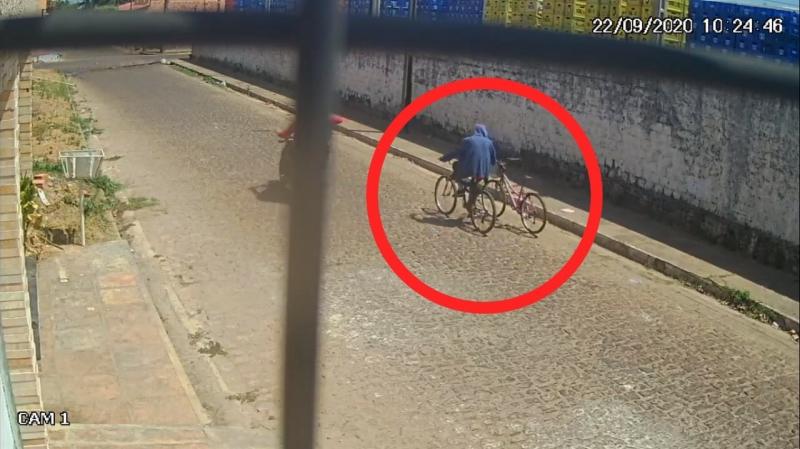 Ladrão rouba bicicleta infantil e é flagrado por câmeras no Piauí (Foto: Campo Maior em Foco)