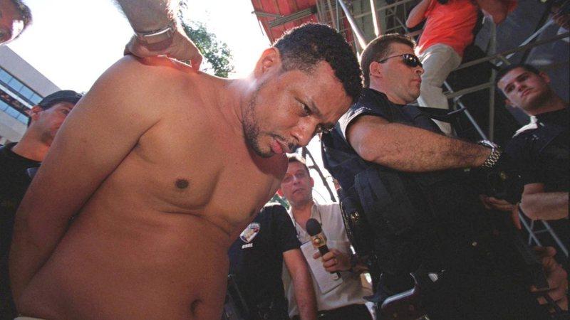 Polícia apresenta Elias Maluco para a imprensa (Imagem: Wikimedia Commons)