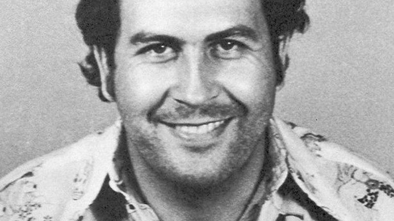 O narcotraficante Pablo Escobar em mugshot famosa - Wikimedia Commons
