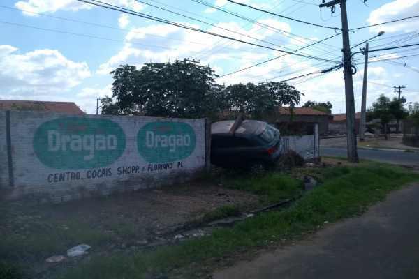 Mulher cochila no volante e derruba muro em Timon