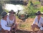 Grupo de turista se arrisca ao tirar foto com crocodilo e leva susto