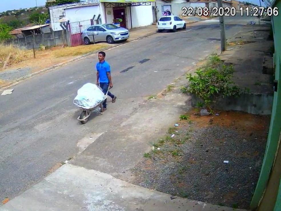 Homem é fçagrado levando corpo em carrinho de mão - Foto: Polícia Civil/Divulgação