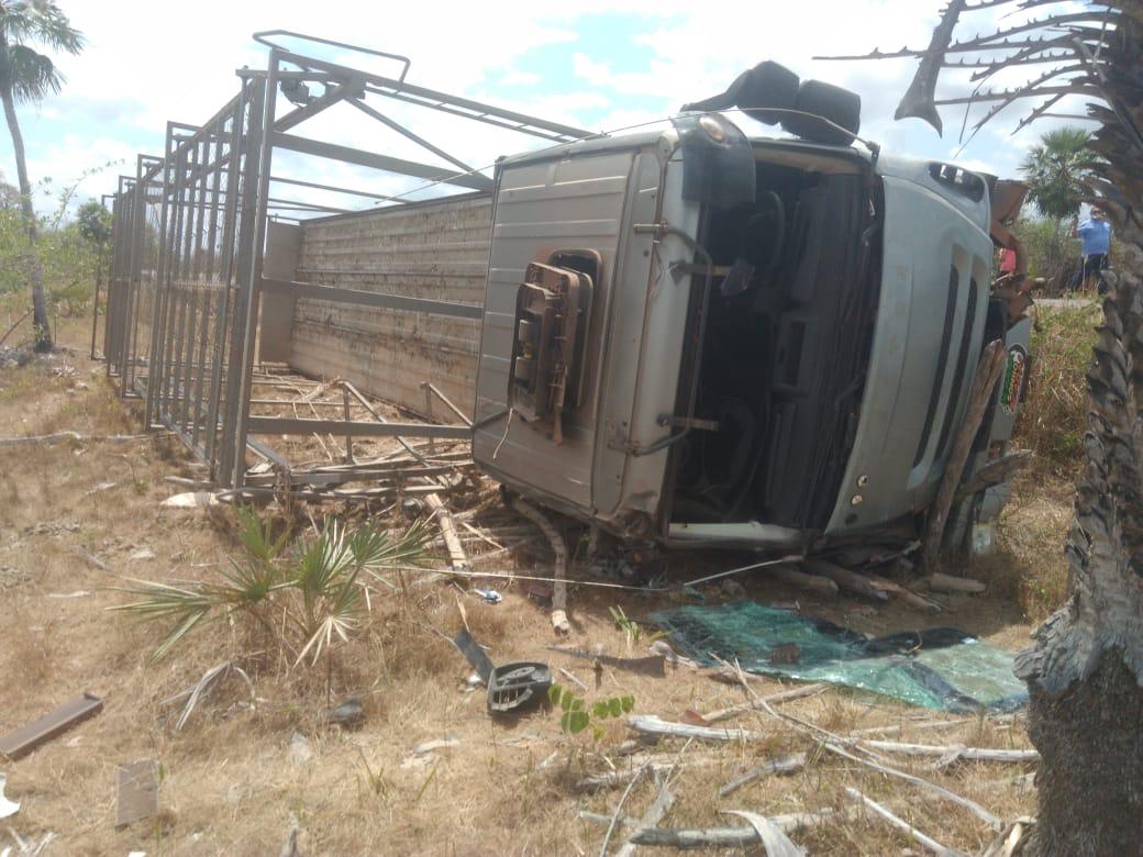 Carreta tomba após perder controle no Norte do Piauí (Foto: Revista Opinião)