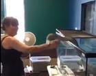 Cobra píton ataca cuidadora e quase arranca seu braço; Imagens fortes