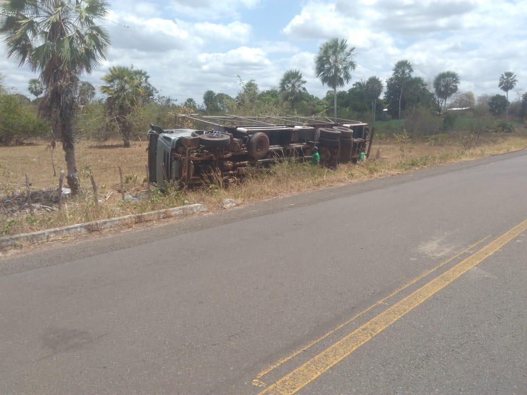 Carreta vira após motorista perder o controle na rodovia PI-113 - Imagem 3