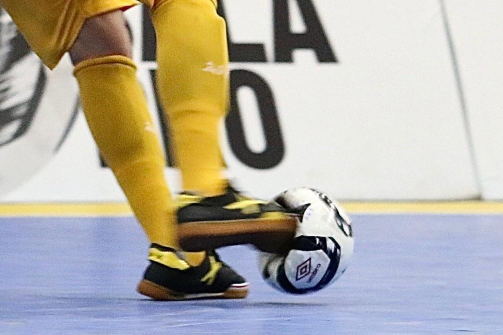 Deformidade da bola impressiona após chute do jogador do Sorocaba Futsal