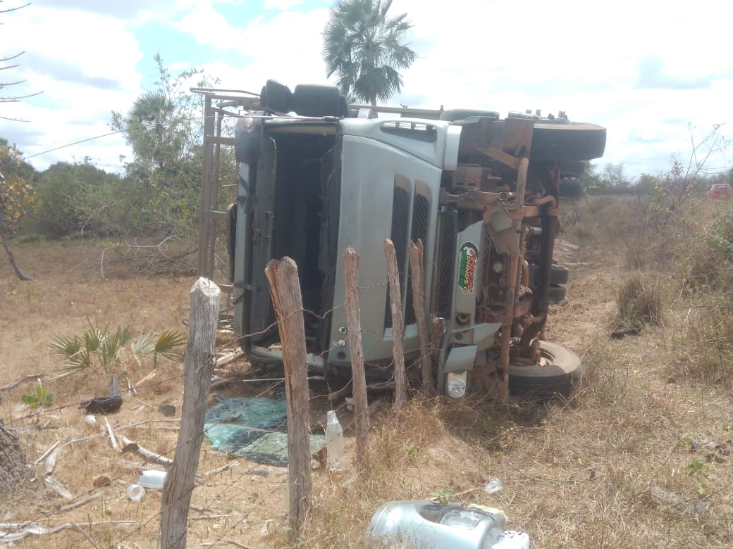Carreta vira após motorista perder o controle na rodovia PI-113 - Imagem 1