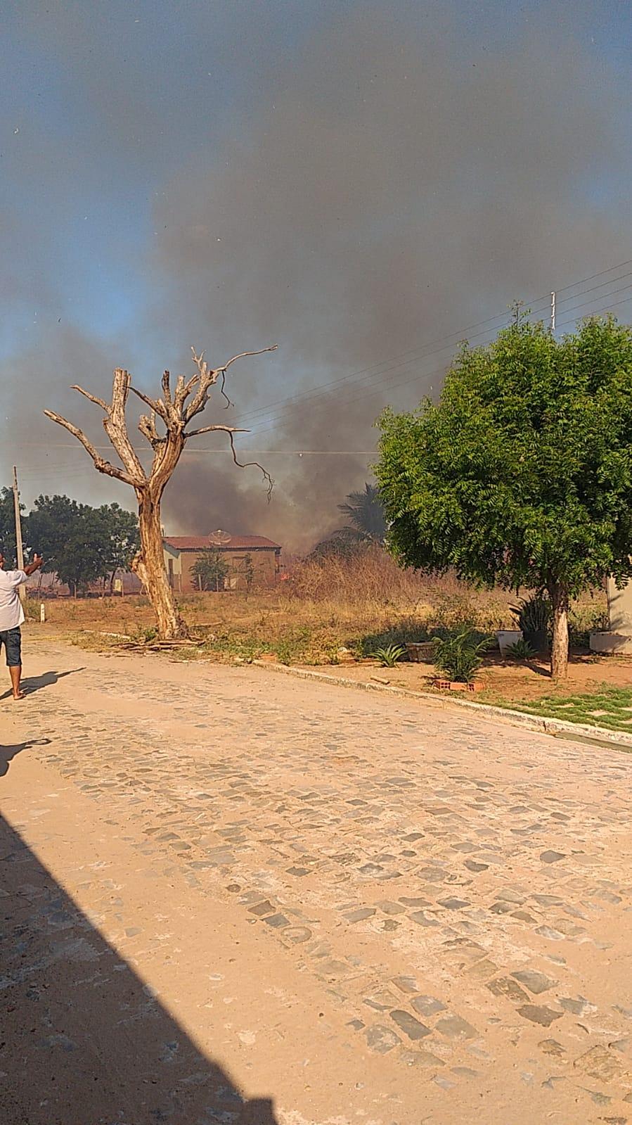 Incêndio ameaça atingir casas e é controlado por moradores em Picos - Imagem 1
