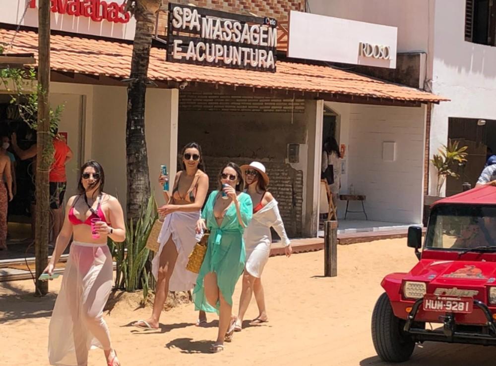 Turistas sem máscaras de proteção durante visita a praia de Jericoacoara. — Foto: Mateus Ferreira/Sistema Verdes Mares