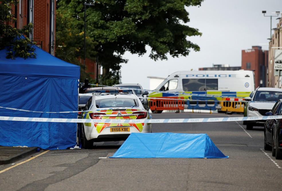 Carros de polícia isolam área onde ocorreu o incidente em Birmingham — Foto: Phil Noble/Reuters