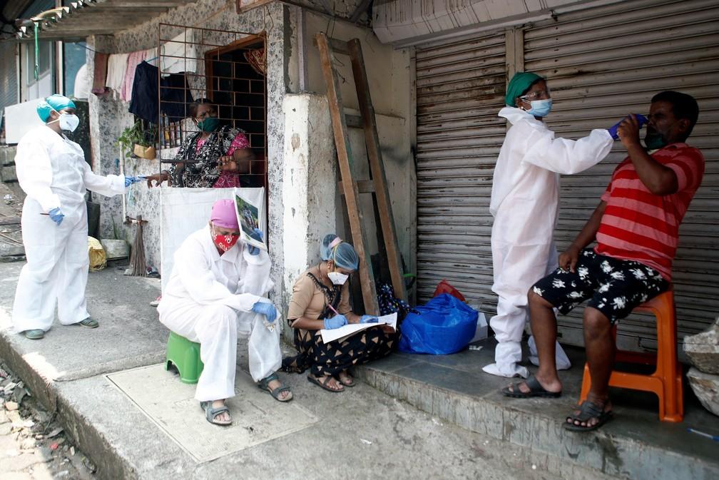 Profissionais da saúde recolhem material para testes de Covid-19 nas ruas de Mumbai, na Índia, em 5 de setembro de 2020 — Foto: Francis Mascarenhas/Reutesr