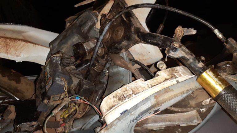 Motocicleta destruída após a colisão