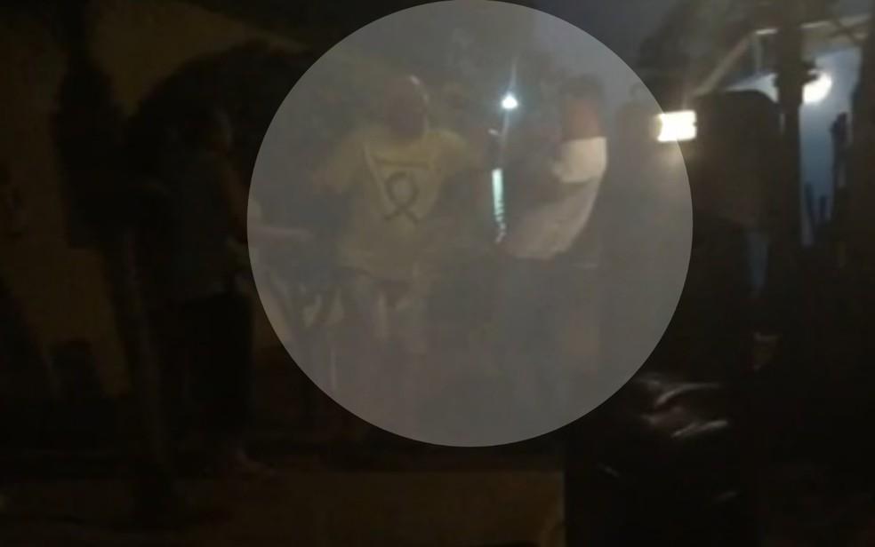 Vídeo mostra momento que prefeito esfaqueou vizinho