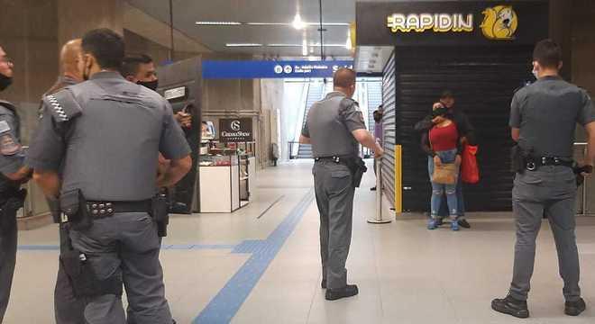 Homem faz mulher refém com faca no pescoço em estação de metrô em SP - Imagem 1