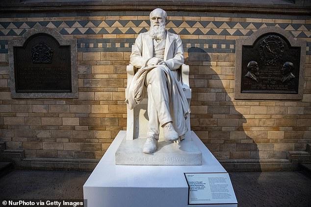 Estátua de Darwin localizada no salão principal do Museu de Londres (foto: Getty Images)