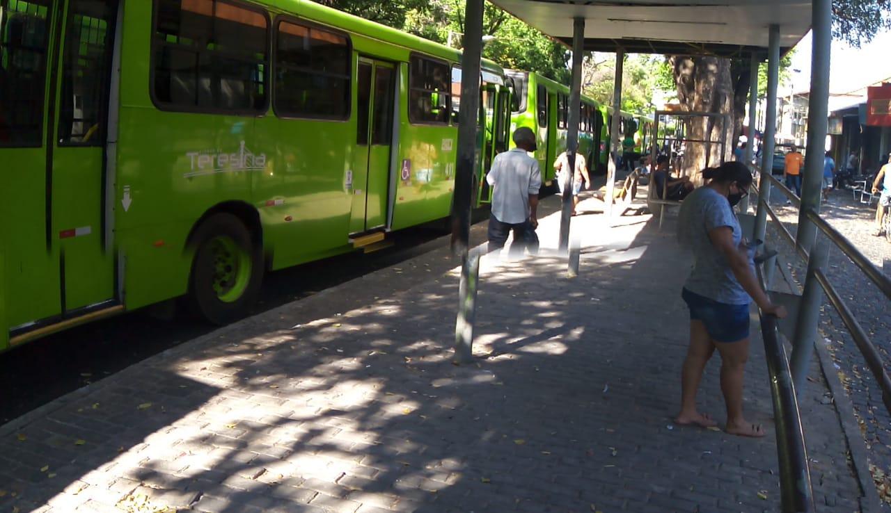 Onibus parados no entorno da Praça da Bandeira, no Centro de Teresina - Foto: Reproduçao