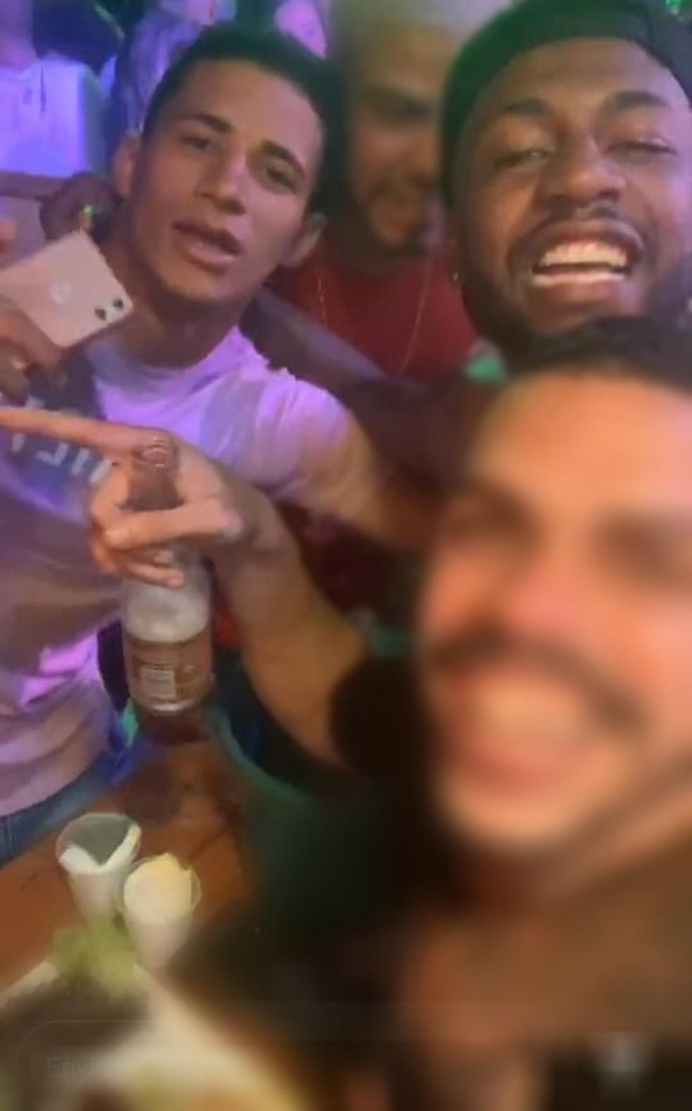 Jogadores flagrados em festas e são afastados de clube - Imagem 1